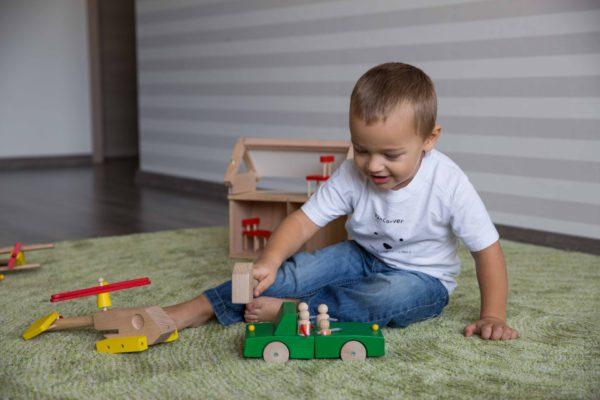 Chlapec sa hra s kladivkom - drevene stavebnice