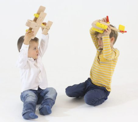 Chlapci sa hraju s lietadlami drevene stavebnice